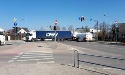 Foto: Jelgavā krustojumā iestrēgst divas fūres