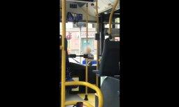 """Читательница: """"Водитель троллейбуса вышла покурить, пока горит красный"""" (+ ВИДЕО)"""