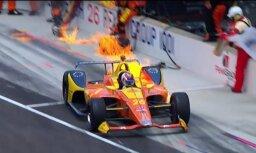Video: 'Indy 500' dalībnieks pēc pitstopa trasē atgriežas ar liesmojošu auto