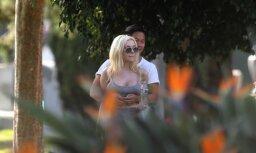 Paparaci foto: Nepilngadīgajai līgavai kapos randiņš ar noslēpumainu vīrieti