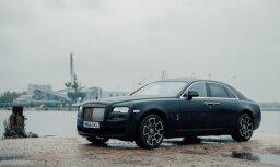 Foto: Rīgā parādīts 'Rolls-Royce Ghost' īpašajā 'Black Badge' versijā