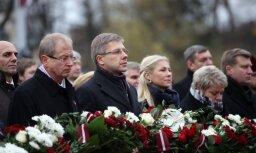 Foto: Svinīgā ziedu nolikšanas ceremonija pie Brīvības pieminekļa