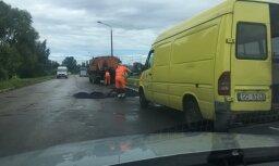 Lasītāja foto: Ceļu pārvaldes darbiniekiem nav sliktu laikapstākļu darbam