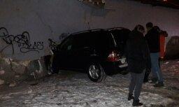 Foto: Ķengaragā garāžas sienā ienesas 'Mercedes-Benz'