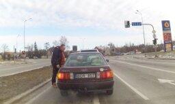 Video: Lietuvā apvidnieka vadītājs iekausta lēni braucošu 'Audi' vadītāju
