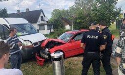 Foto: Lielvārdē sānslīdes rezultātā 'BMW' autovadītājs ietriecies pretim braucošajā busiņā