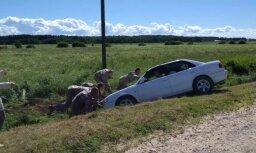 ФОТО, ВИДЕО: Военные помогли женщине вытащить из канавы машину