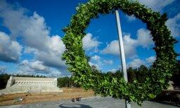 Foto: Mežaparka Lielās estrādes būvlaukumā aizvadīti spāru svētki