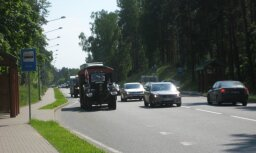 Austrieši ar diviem traktoriem brauc 8000 kilometru garā ceļojumā
