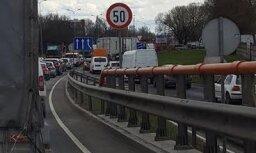 Foto: Uz Dienvidu tilta izlijusi degviela; satiksme atjaunota