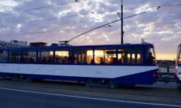 'Volkswagen' nāvējoši traumē gājēju; diviem citiem uzbraucis tramvajs