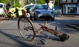 Rīgā motocikls saskrienas ar velosipēdu