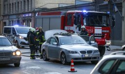 ФОТО, ВИДЕО: На улице Бривибас загорелся BMW; гореть начал багажник