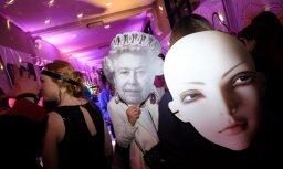 Foto: Krāšņi tērpi un uzdzīve Latvijas Mākslas akadēmijas karnevālā