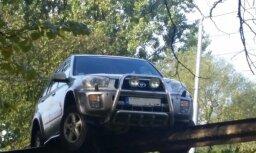 Foto: Uz Brasas tilta margām uzkaras 'Toyota'