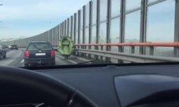 Kuriozs video: Pa Dienvidu tiltu skrien vīrietis ar laivu
