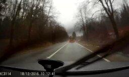 Autobraucēja video: Kāpēc velosipēdisti ziemas lietū trenējas uz pārpildītas šosejas