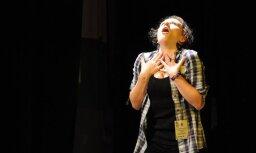 Vai nopietns students var citus sasmīdināt līdz asarām? (video)