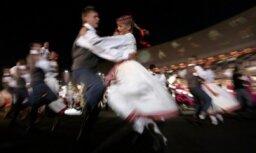 Noskaidroti labākie skolēnu tautas deju kolektīvi