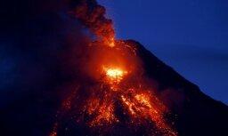 Foto: No Filipīnu aktīvākā vulkāna gāžas lavas straumes