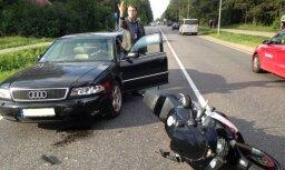 Motociklists: Valdlaučos 'Audi' vadītājs mani speciāli notrieca