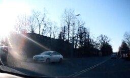 Video: Policija ar netrafarēto 'Opel' noķērusi pārkāpēju