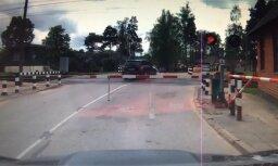Video: Autobraucēji Ogrē šķērso dzelzceļu īsi pirms vilciena