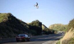 Video: Motociklists Kalifornijā pārlido četru joslu šoseju