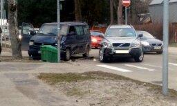 Foto: Dubultos kokā ietriecas mikroautobuss