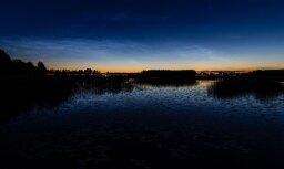 Foto: Virs Juglas ezera naksnīgajās debesīs spoguļojas 'sudraba mākoņi'