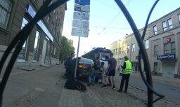 ВИДЕО: Парни перенесли припаркованную на Кр. Барона машину, чтобы мог проехать трамвай