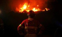 Gaisam sakarstot, apdraudēti centieni uzveikt mežu ugunsgrēkus Portugālē