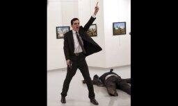 Pasaules preses foto balvu saņem attēls ar Krievijas vēstnieka slepkavu