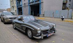 Foto: Rīgā novērots vairāk nekā miljonu vērts leģendārais 'Mercedes 300 SL'
