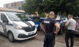 Неизвестные оставили микроавтобус туристов без колес; полицейские помогли купить и установить новые