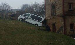 Video: Rokasbremzi nenovilcis policijas busiņš Sarkandaugavā ieripo mājas sienā
