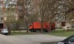 Video: Atkritumu vedējs vēsā mierā brauc pa zālāju