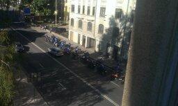 Foto: Aculiecinieki nobažījušies par pretlikumīgu aģitāciju vēlēšanu dienā Rīgā