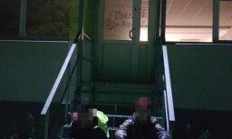 Imantā policija pieķer divus jauniešus, kuri apķēpā izglītības iestādes durvis