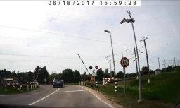 ВИДЕО: В Царникаве водитель пролетает ж/д переезд под закрывающимся шлагбаумом