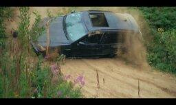 Video: Sacenšoties braukšanā apvidū, 'BMW X5' aprauj pusasis un kūleņo no kalna