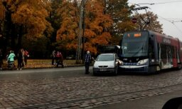 Foto: Pārdaugavā saskrienas tramvajs un vieglais auto