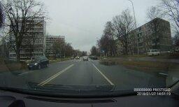 """ВИДЕО: Водитель BMW игнорирует """"красный"""" и проносится прямо за спиной пешехода"""