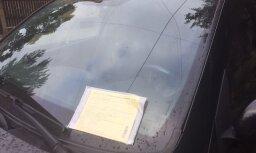 Lasītājs: Stabu ielā autovadītājus soda par zīmi, kura 'slēpjas' aiz koka