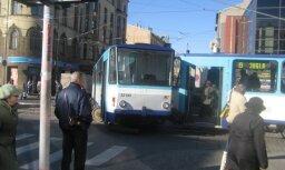 Tramvajs noskrējis no sliedēm