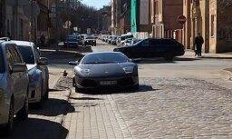 Foto: Rīgas centrā pastāvīgi uz braucamās daļas atstāj 'Lamborghini' un 'Hummer'
