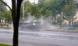 Video: Minskā pa slapju asfaltu stabā ievirpuļo tanks