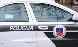 Valmierā vīrietis uzbrūk jaunietim; policija meklē aculieciniekus