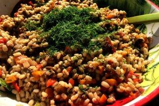 Latviskais grūbu tabulē ar grilētiem dārzeņiem