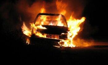 Jaunieši Allažos nogalina vīrieti un sadedzina viņa automašīnu